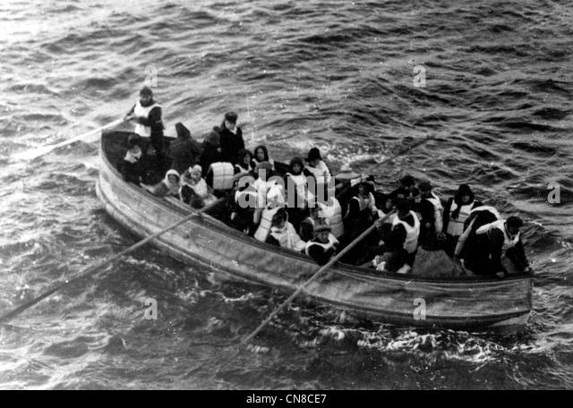 Titanic-Katastrophe, letzte Rettungsboot erfolgreich ins Leben gerufen von der Titanic Stockbild