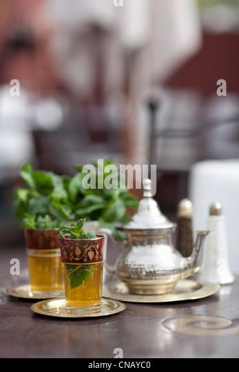 Glas Pfefferminztee auf Tisch Stockbild