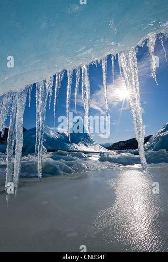 Sonne scheint durch Eiszapfen hängen von der Kante der Eisberg eingefroren in die Oberfläche des Mendenhall Stockbild