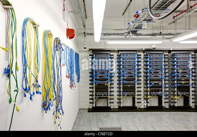 """Netzwerk-Kabel Hub Bank """"Comms Handelsraum"""" Stockbild"""