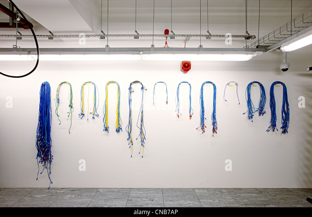 freie Netzwerk Kabel verschiedene Längen Wand aufgehängt Stockbild