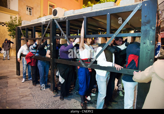 junge Männer üben tragen schweben durch Jerez, die Statuen von Heiligen Figuren während der Oster Stockbild