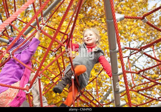 Kinder auf Klettergerüst Stockbild