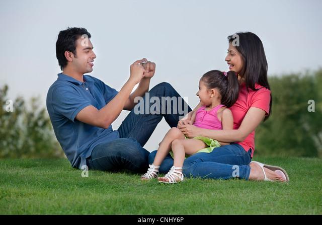 Mann, der ein Foto seiner Familie Stockbild