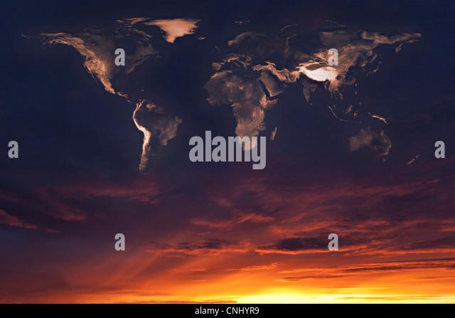 Karte der Welt in den Wolken bei Sonnenuntergang Stockbild