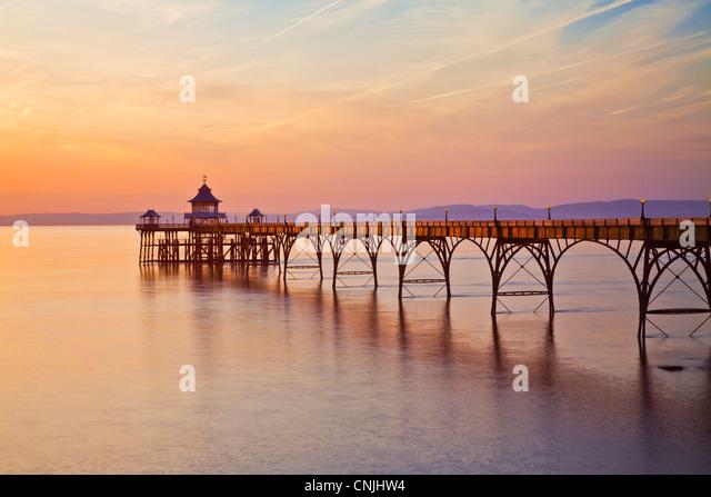 Abendlicht fällt auf die Pier in Clevedon, Somerset, England, UK Stockbild