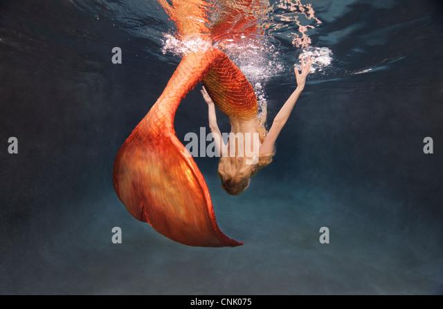 Meerjungfrau tun ein Unterwasser drehen Sie an der Wasseroberfläche Stockbild