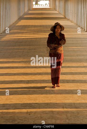Burmesische Frau auf dem Flur zur Shwezigon Pagode in Bagan. Burma. -Modell veröffentlicht. Stockbild