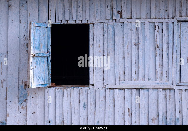 Offene Fenster Luke in eine Holzwand. Kalaw, Birma Stockbild