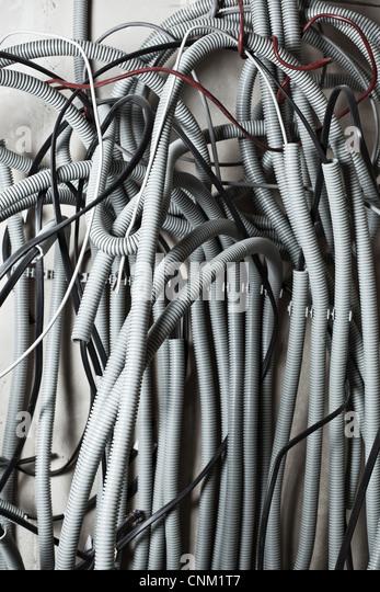 Elektrische Drähte an Wand in Renovierung Zimmer. Stockbild