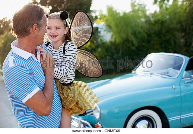 Vater Holding-Tochter in Feenflügel Stockbild