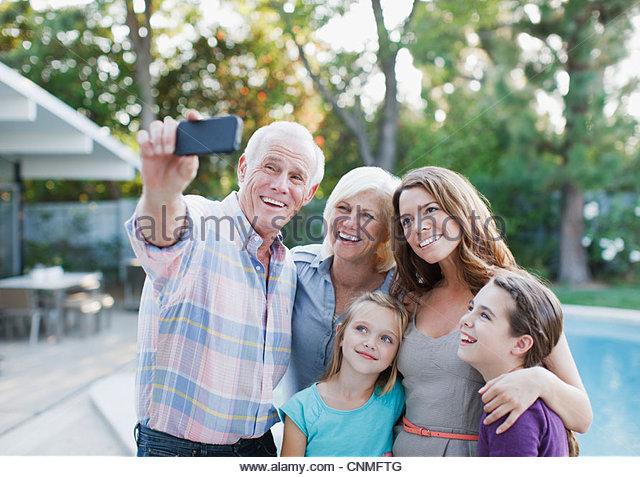 Familie unter Bild von sich selbst im freien - Stock-Bilder