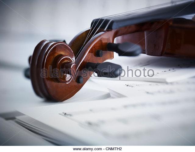 Nahaufnahme von Violine und Noten Stockbild
