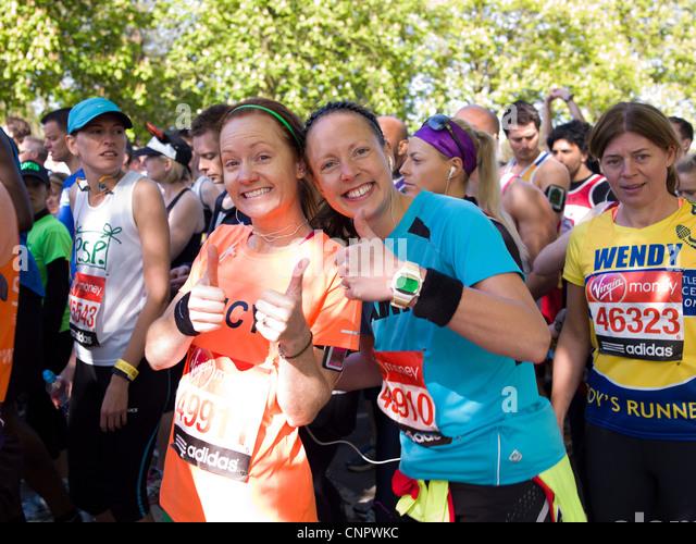 London Marathon Charity Läufer starten 09:35 rote Greenwich Park in London. Stockbild
