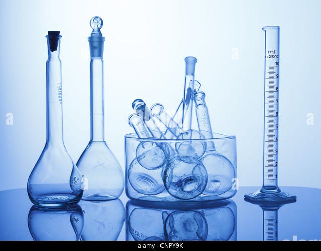 Forschungslabor sortiert Glaswaren Ausrüstung auf blauem Hintergrund Stockbild