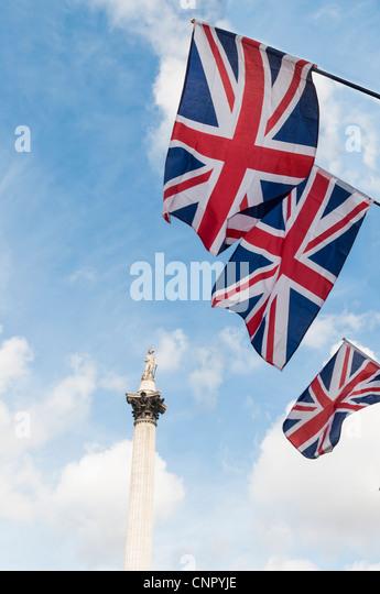 British Union Flaggen in Reihe, mit Nelson Säule im Hintergrund. Stockbild