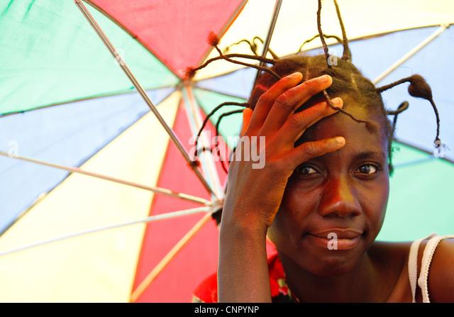 Porträt einer Frau mit einem bunten Sonnenschirm außerhalb der Tabacongo Health Center in die Stadt Tabacongo, - Stock-Bilder