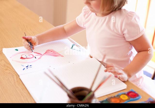 Mädchen malen mit Wasserfarben Stockbild