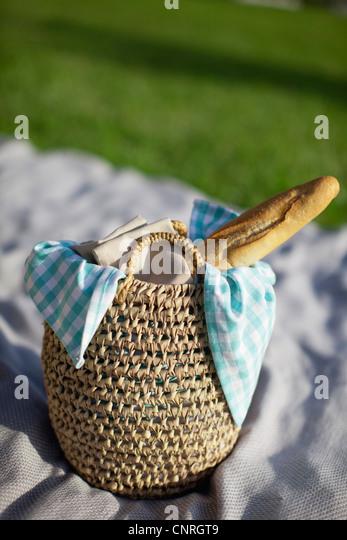 Baguette in Picknick-Korb Stockbild