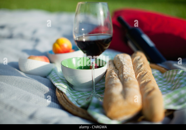 Essen und Wein auf der Picknickdecke - Stock-Bilder