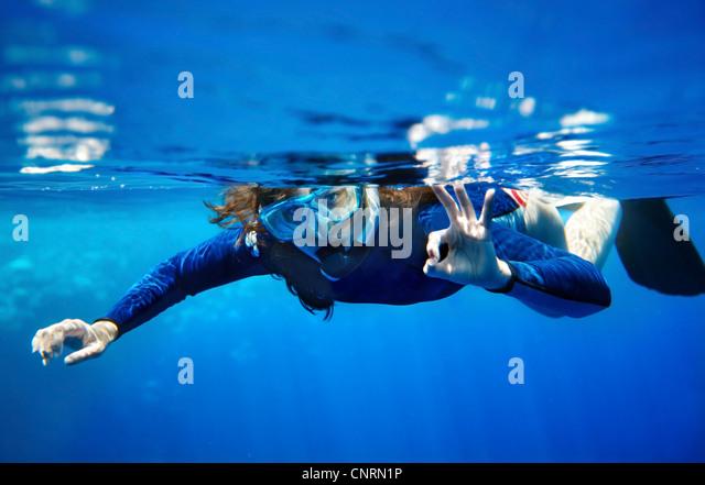 Scuba Diver junge Frau im blauen Wasser. Stockbild