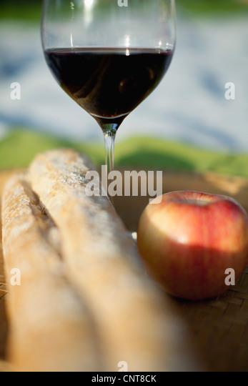 Apple, Glas Wein und Brot Stockbild