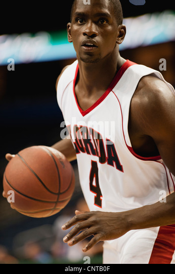 Basketball Spieler dribbeln Kugel Stockbild