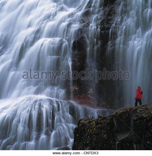 Zeitraffer der Wanderer Wasserfall zu bewundern Stockbild