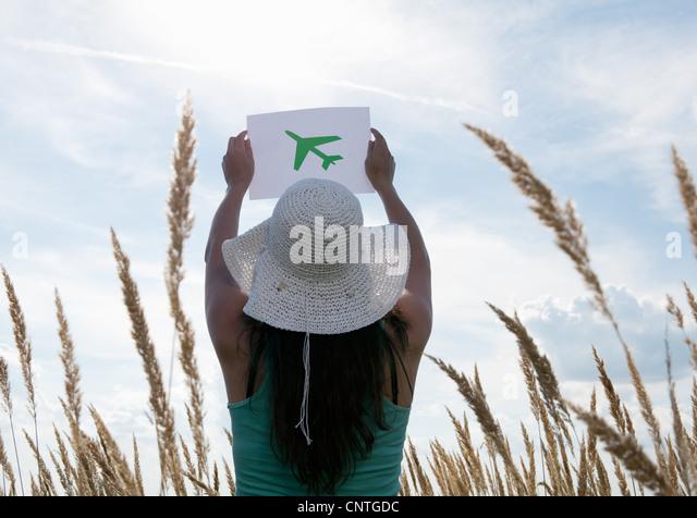Frau mit Bild von Flugzeug im Himmel Stockbild