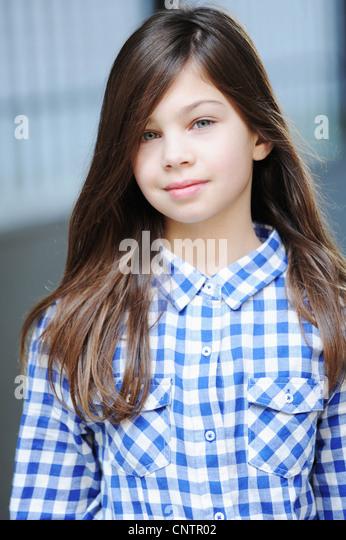 Lächelnde Mädchen tragen kariertes Hemd Stockbild