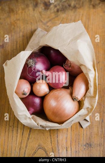 Offene Beutel mit gemischten Zwiebeln Stockbild