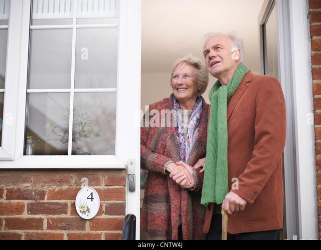Älteres paar stehen in Tür Stockbild