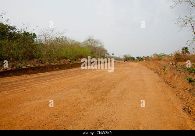 Neue Straße in der Entwicklung von chinesischen Unternehmen in der Nähe von Kenema, Sierra Leone, Westafrika Stockbild