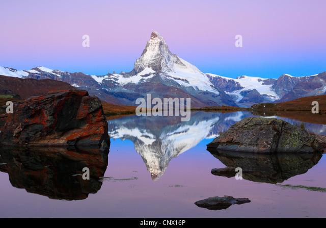 Blick auf das Matterhorn aus einem Bergsee, Schweiz, Wallis Stockbild