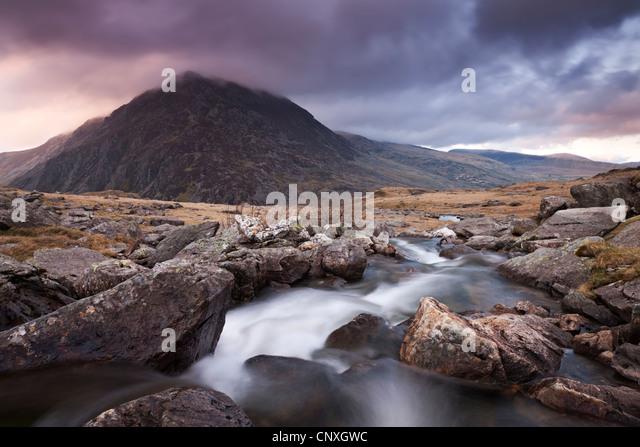 Rocky River fließt durch Berge, Snowdonia, Wales, UK. Frühling (April) 2011. Stockbild