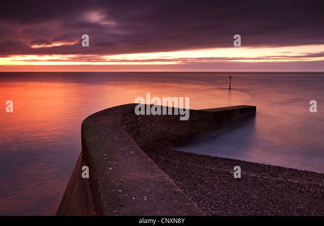 Stein-Steg am Strand von Sidmouth bei Sonnenaufgang, Sidmouth, Devon, England. Winter (Januar) 2012. Stockbild