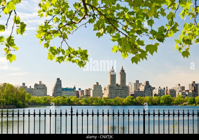 Der Jacqeuline Kennedy Onassis Reservoir, Central Park, New York City im Frühling. Stockbild