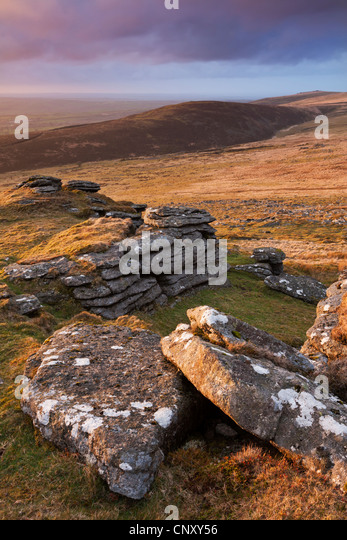 Mit Blick auf große Nodden und Sourton Tor aus armen Tor, Dartmoor, Devon, England. Frühling (April) 2012. Stockbild