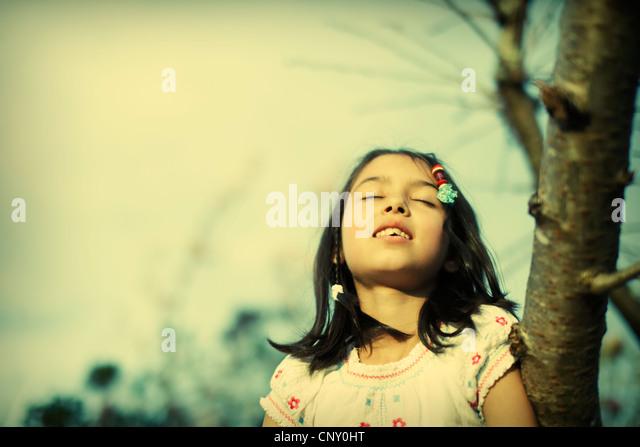 Mädchen sonnt sich in der Abendsonne Stockbild