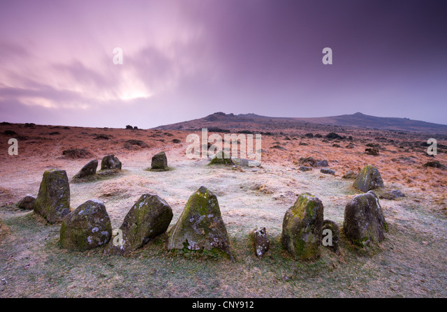 Stone Circle Cairn auf Dartmoor, bekannt als die neun Mädchen und siebzehn Gebrüder, Belstone gemeinsamen Stockbild