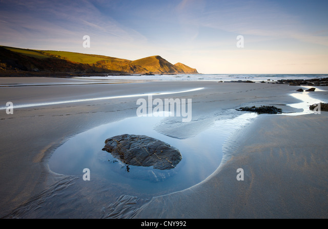 Exponierten Rockpool bei Ebbe an einem einsamen Strand im Crackington Haven, Cornwall, England. April 2009 Stockbild