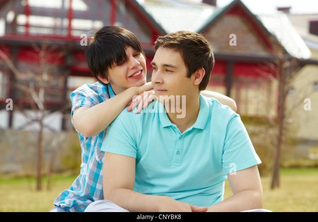 Süße homosexuelle Paare genießen die Nähe Stockbild