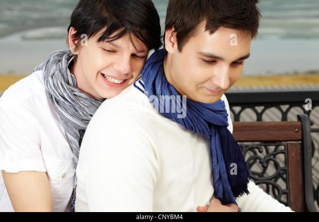 Süße Schwule paar kuscheln am romantischen Ort Stockbild