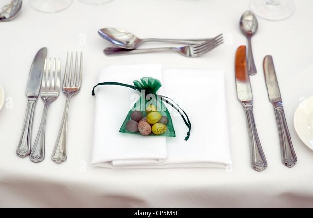 Tischdekoration zu Ostern mit Osterei gefallen Stockbild