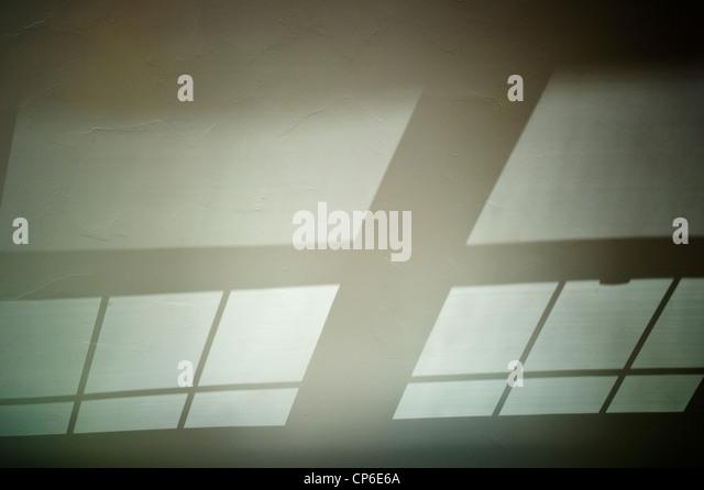 Reflexionen, Schatten und Fenstermuster Anschlagen der gewölbten Decke von einem home-Office. Stockbild