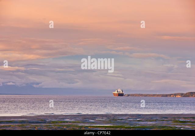 Abendlicht leuchtet eine Frachtschiff an docken an den Hafen von Anchorage, Knik Arm, Yunan Alaska, Sommer Stockbild
