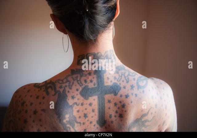 Bare Rückseite Frau mit Tattoos am Hals und Rücken. Stockbild