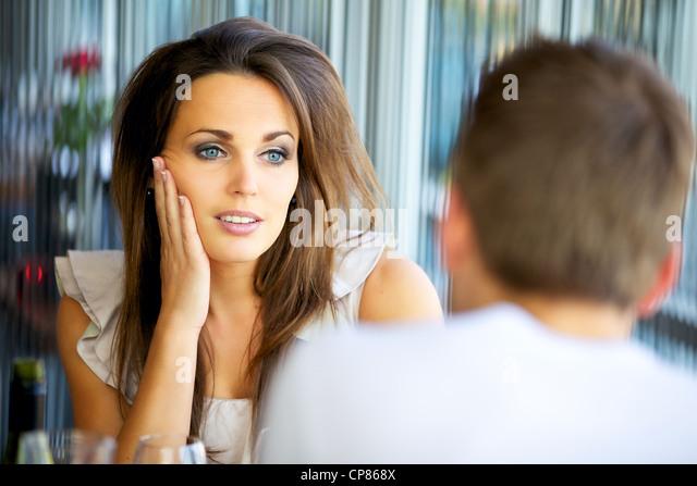 Porträt von einer attraktiven Dame starrte auf ihren Freund mit Liebe Stockbild