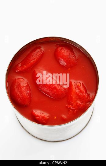 Geschälte Tomaten in Blechdose auf weißem Hintergrund Stockbild