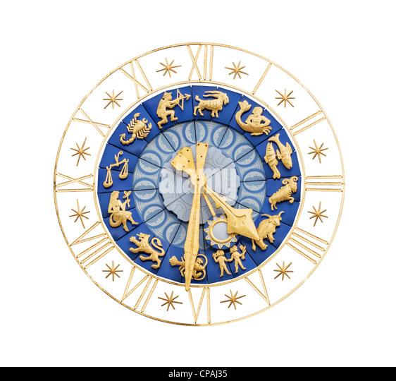 Mittelalterliche Uhr mit vergoldeten römischen Ziffern und Zeichen des Tierkreises isoliert auf weißem Stockbild